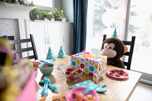 Teddy bear sitting at birthday party tableの写真素材 [FYI02335163]
