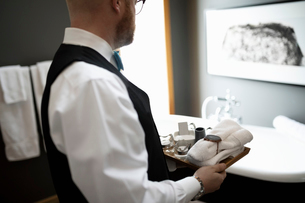 Male room service hotel staff preparing luxury bathroomの写真素材 [FYI02335397]