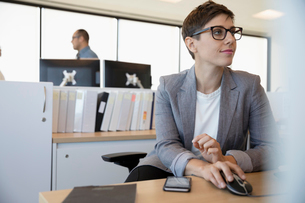 Businesswoman working in office cubicleの写真素材 [FYI02335462]