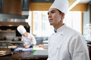 Focused executive chef in restaurant kitchenの写真素材 [FYI02335552]