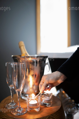 Room service hotel staff preparing candlelight champagne bathの写真素材 [FYI02335589]
