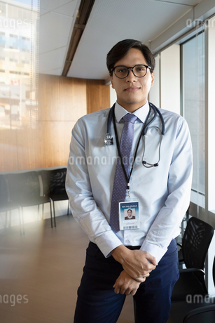Portrait confident male doctor in clinicの写真素材 [FYI02335620]