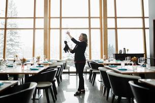Dedicated female restaurant manager polishing glassesの写真素材 [FYI02335732]
