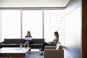 Businesswomen working in urban office loungeの写真素材 [FYI02335801]