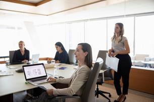 Businesswomen listening in conference room meetingの写真素材 [FYI02335827]