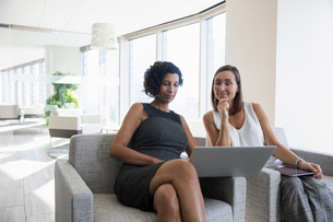 Businesswomen using laptop in office meetingの写真素材 [FYI02335919]