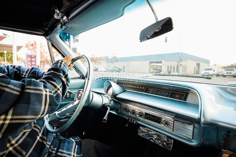 Man driving vintage carの写真素材 [FYI02335936]