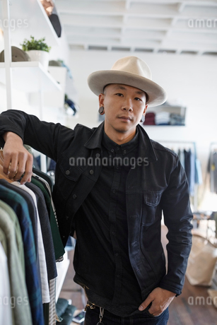 Portrait confident male business owner in menswear clothing shopの写真素材 [FYI02336118]