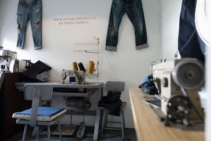 Sewing machines and jeans in denim repair shopの写真素材 [FYI02336436]