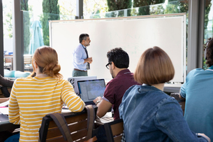 Businessman leading meeting at whiteboardの写真素材 [FYI02336475]