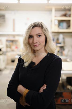 Portrait confident woman in art studioの写真素材 [FYI02336607]