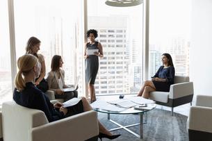 Businesswomen meeting in urban office loungeの写真素材 [FYI02336708]