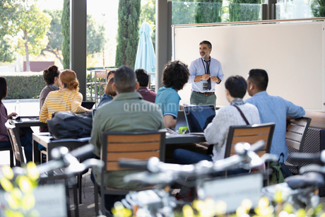Businessman leading meeting at whiteboardの写真素材 [FYI02336876]