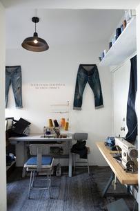 Sewing machines and jeans in denim repair shopの写真素材 [FYI02336895]