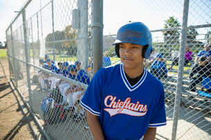 Focused, determined Latinx baseball playerの写真素材 [FYI02337059]