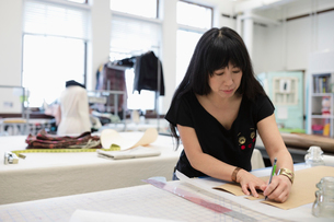 Female fashion designer working in studioの写真素材 [FYI02337074]