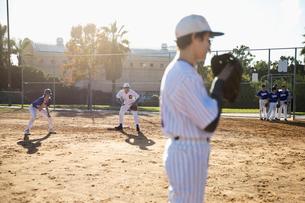 Baseball players on sunny fieldの写真素材 [FYI02337113]