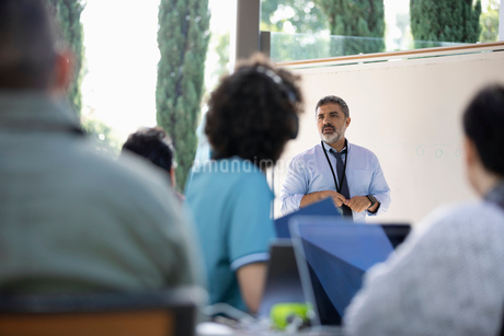 Businessman leading meeting at whiteboardの写真素材 [FYI02337135]