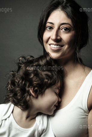 Portrait beautiful Latina mother and toddler daughterの写真素材 [FYI02337140]