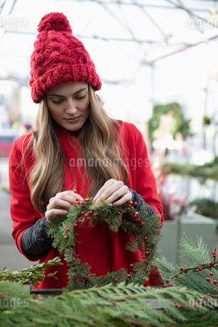 Woman making Christmas wreathの写真素材 [FYI02337149]