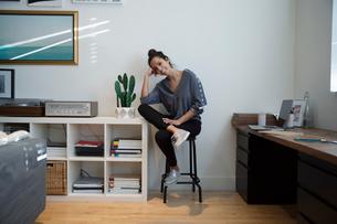 Portrait confident woman in studioの写真素材 [FYI02337262]
