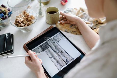 Female artist sketching kimono on digital tabletの写真素材 [FYI02337351]