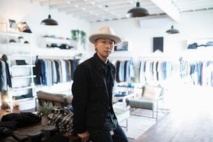 Portrait confident male business owner in menswear clothing shopの写真素材 [FYI02337385]