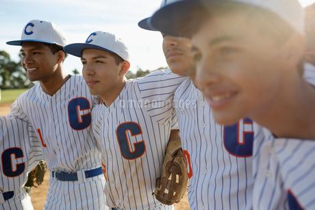 Confident Latinx baseball team in huddleの写真素材 [FYI02337426]