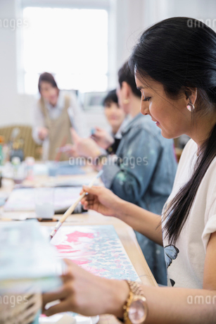 Woman painting in art classの写真素材 [FYI02337486]