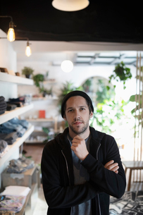Portrait confident male business owner in menswear clothing shopの写真素材 [FYI02337490]