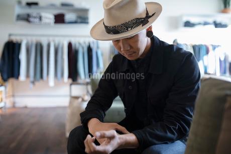 Stylish man in menswear clothing shopの写真素材 [FYI02337543]