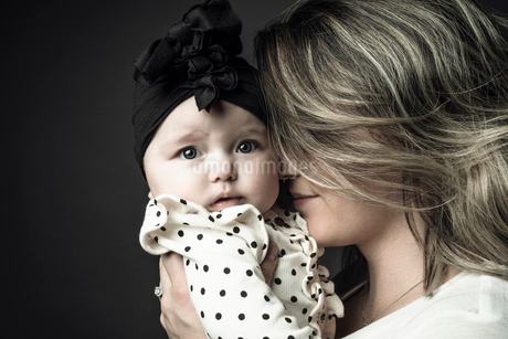 Portrait mother holding cute baby daughterの写真素材 [FYI02337575]