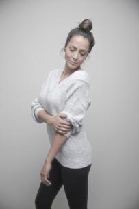 Portrait confident beautiful Latina woman in sweaterの写真素材 [FYI02337599]