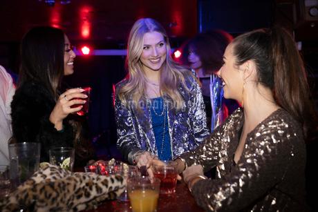 Women friends drinking in nightclubの写真素材 [FYI02337632]