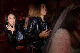 Women friends waiting in queue at nightclubの写真素材 [FYI02337634]
