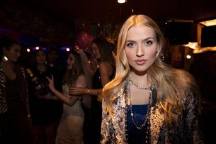 Portrait confident young woman in nightclubの写真素材 [FYI02337684]
