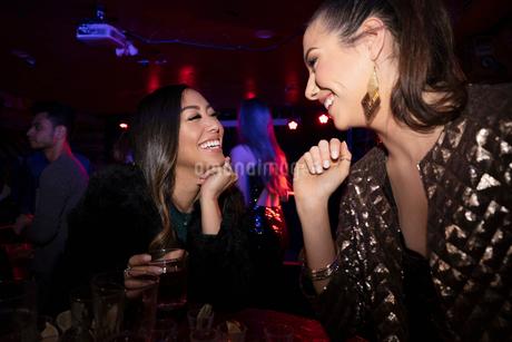 Happy women friends drinking in nightclubの写真素材 [FYI02337695]