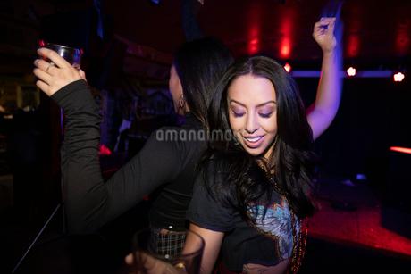 Women friends dancing on nightclub dance floorの写真素材 [FYI02337704]