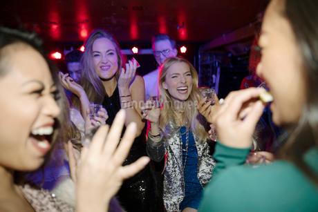 Young women friends taking tequila shots in nightclubの写真素材 [FYI02337716]