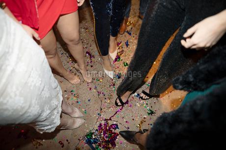 Confetti and legs of young women on nightclub floorの写真素材 [FYI02337734]