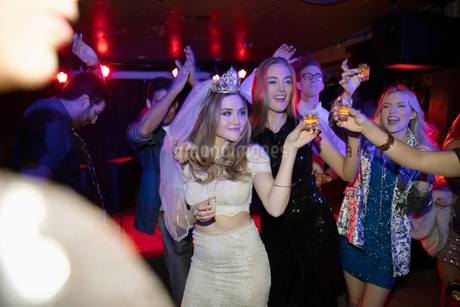 Bachelorette and friends dancing and drinking in nightclubの写真素材 [FYI02337759]