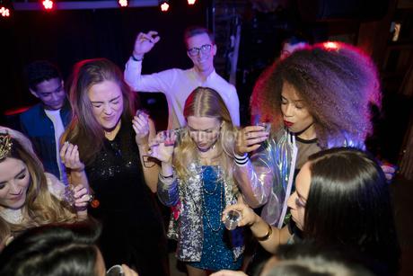 Women friends taking tequila shots in nightclubの写真素材 [FYI02337764]