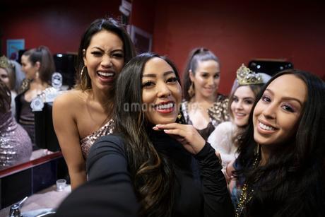 Selfie point of view women friends in nightclub bathroomの写真素材 [FYI02337771]