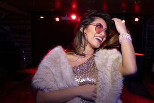 Carefree, glamourous young woman in nightclubの写真素材 [FYI02337779]