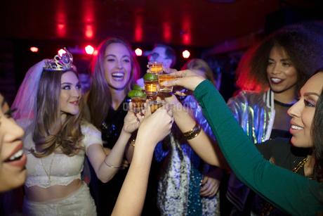 Bachelorette and friends taking tequila shots in nightclubの写真素材 [FYI02337792]