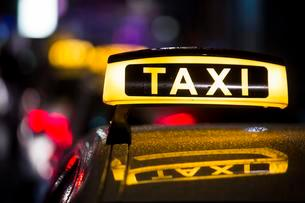 Taxi in the rain at night, Cologne, North Rhine-Westphaliaの写真素材 [FYI02337896]