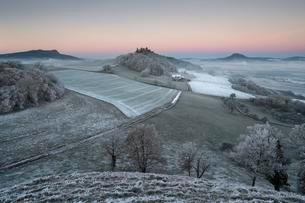 Hoar frost covered fields and meadows in Hegau with theの写真素材 [FYI02337911]