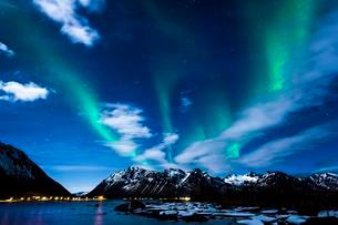Northern Lights or Aurora Borealis, on the coast ofの写真素材 [FYI02337927]