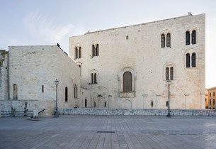 East facade of the Romanesque Cathedral Basilica Sanの写真素材 [FYI02337944]