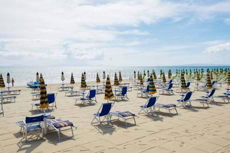 Deck chairs on the beach, Follonica, Province of Grossetoの写真素材 [FYI02338070]